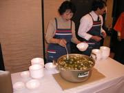 大人気の鴨鍋。行列ができる濃厚な旨味です。
